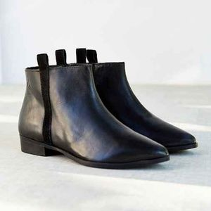 UO Silence + Noise 8.5 Black Chelsea booties